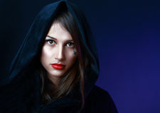 De vrouw van Misteriouse in zwarte kap stock afbeeldingen