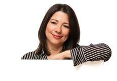 De Vrouw van Multiethnic achter de Lege Hoek van het Teken Royalty-vrije Stock Afbeelding