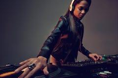 De vrouw van muziekdj Stock Fotografie