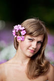 De Vrouw van Nice met bloemen Royalty-vrije Stock Afbeeldingen