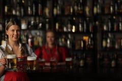 De vrouw van Oktoberfest met bier royalty-vrije stock foto's