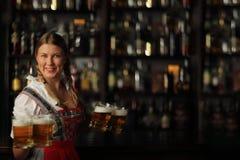 De vrouw van Oktoberfest met bier stock foto's