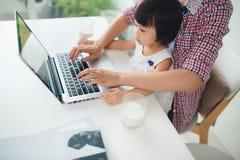 De vrouw van de onderneemstermoeder met een peuter die bij werken verwerkt gegevens royalty-vrije stock afbeelding