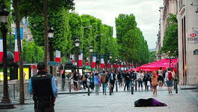 De Vrouw van Parijs het bedelen stock video