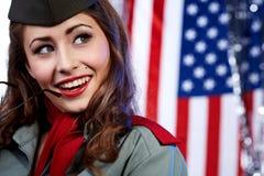 De vrouw van Pinup in militaire kleding Stock Afbeeldingen