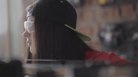 De vrouw van de portretvaardigheid in een GLB en beschermende glazen met doordrongen lip en ring in neus die lengte van de MDF pl stock footage