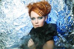 De vrouw van Redhair op zilveren achtergrond stock foto