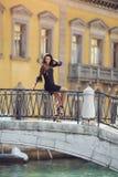 De vrouw van de reistoerist op brug tegen mooie mening over Venetiaanse chanal in Venetië, Italië Stock Foto