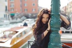 De vrouw van de reistoerist op pijler tegen mooie mening over Venetiaanse chanal in Venetië, Italië Royalty-vrije Stock Foto's