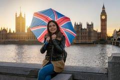 De vrouw van de reizigerstoerist met Britse paraplubakken voor Groot Ben Tower stock foto