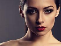 De vrouw van de schoonheidsmake-up met perfecte huid, rode sexy lippenstift, smokey Royalty-vrije Stock Foto's