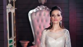 De vrouw van de schoonheidsmanier vervuilt het dragen van het verbazende kledingsuitrusting stellen bij uitstekende leunstoelacht stock video