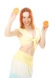De vrouw van Smilling met fruit Stock Afbeeldingen