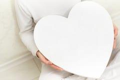 De vrouw van valentijnskaarten en hartsymbool in handen - liefde Stock Afbeeldingen