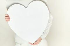 De vrouw van valentijnskaarten en hartsymbool in handen - liefde Stock Afbeelding