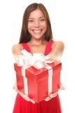De vrouw van valentijnskaarten het glimlachen holdingsgift Royalty-vrije Stock Foto's
