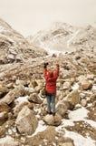 De vrouw van wandelaarazië in de rode kledingsdraai achter status van en het uitrekken van haar wapens hief in hemel na wandeling royalty-vrije stock foto's