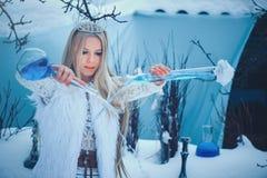 De Vrouw van de de winterschoonheid Mooi mannequinmeisje met het kapsel en de samenstelling van glasflessen in de winterlaborator royalty-vrije stock foto