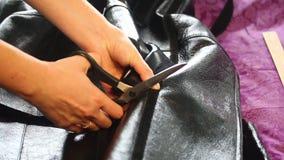 De vrouw verandert haar schapehuidlagen Voor een steekproef neemt een de lentelaag stock video