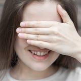 De vrouw verbergt haar gezichtspalm royalty-vrije stock afbeeldingen