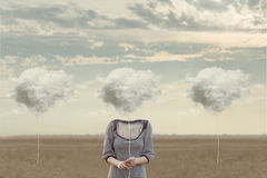 De vrouw verkiest haar wolk om zijn gezicht te verbergen stock fotografie