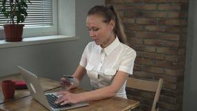 De vrouw verklaart de nieuwe werknemer wat met grafiek te doen stock footage