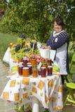 De vrouw verkoopt fruit en domeinen in de voedselmarkt in Heviz, Hongarije Stock Fotografie