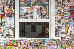 De vrouw verkoopt kranten en tijdschriften in het centrum van Burgas/Bulgarije/05 02 2015/ stock afbeelding