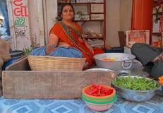 De vrouw verkoopt kruiden openlucht in Ahmedabad, India Stock Fotografie