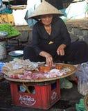 De vrouw verkoopt vlees op straatmarkt in Tint, Vietnam stock foto's