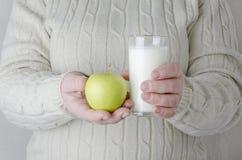 De vrouw vermijdt ongezonde kost en maakte een keus om vruchten en zuivelproducten te eten royalty-vrije stock foto