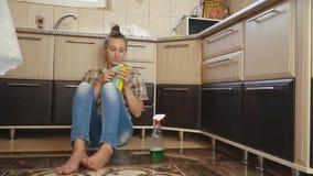 De vrouw is vermoeid van het schoonmaken stock footage