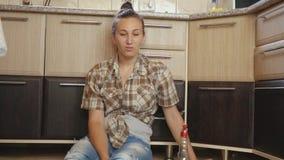 De vrouw is vermoeid van het schoonmaken stock video