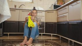 De vrouw is vermoeid van het schoonmaken stock videobeelden