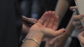 De vrouw vertelt iets aan de klanten of de cliënten, sluiten omhoog van vrouwelijke handen stock videobeelden