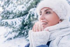 De vrouw verwarmt haar vingers met ademhaling royalty-vrije stock afbeeldingen