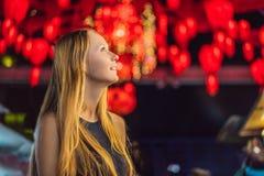 De vrouw viert Chinees Nieuwjaar bekijkt Chinese rode lantaarns stock fotografie