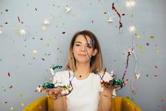 De vrouw viert iets met confettien Royalty-vrije Stock Fotografie