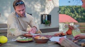 De vrouw voedt in openlucht de druif aan de man op het diner stock footage
