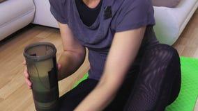 De vrouw voegt de ingrediënten voor eiwitcocktail toe stock footage