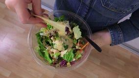 De vrouw voegt saus in plantaardige salades hoogste mening toe stock video