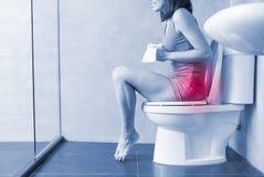 De vrouw voelt pijn met constipatie stock fotografie