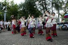 De vrouw voert een Thaise traditionele dans tijdens p uit Royalty-vrije Stock Afbeeldingen