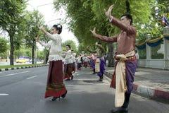 De vrouw voert een Thaise traditionele dans uit Stock Afbeelding