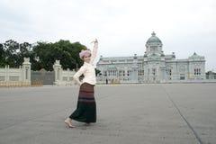 De vrouw voert een Thaise traditionele dans uit Stock Foto's