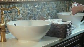 De vrouw vouwt schone zachte handdoeken in de mand, die concept schoonmaken stock footage