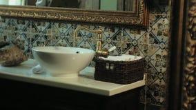 De vrouw vouwt schone zachte handdoeken in de mand, die concept schoonmaken stock video