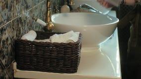 De vrouw vouwt schone zachte handdoeken in de mand, die concept schoonmaken stock videobeelden