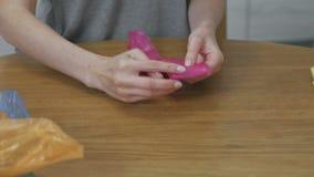 De vrouw vouwt zorgvuldig de plastic zakken voor hergebruik Close-uphanden stock video