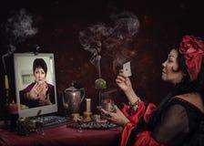 De vrouw vraagt zigeuner cartomancer ophouden fortuin-vertelt Stock Fotografie